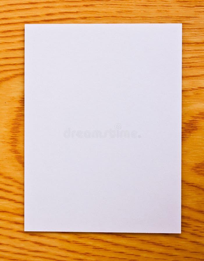 Livro Branco na tabela de madeira imagem de stock royalty free