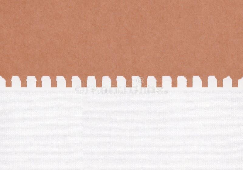Livro Branco rasgado close up no fundo de papel marrom da textura do grunge Nota de papel do rasgo, folha de papel marrom com esp foto de stock