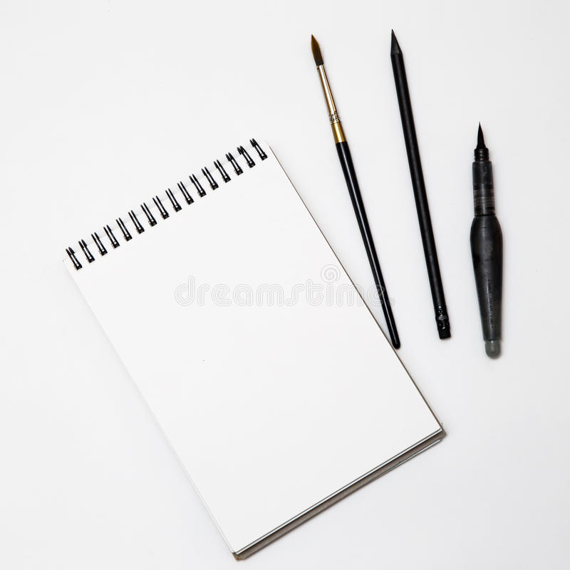 Livro Branco vazio com a escova no fundo preto e branco imagens de stock royalty free