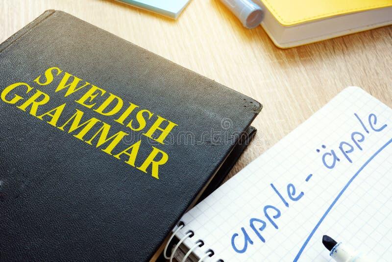 Livro com gramática do sueco do título imagem de stock