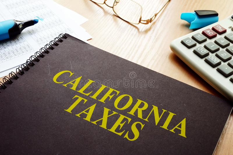 Livro com impostos de Califórnia em uma mesa fotografia de stock royalty free