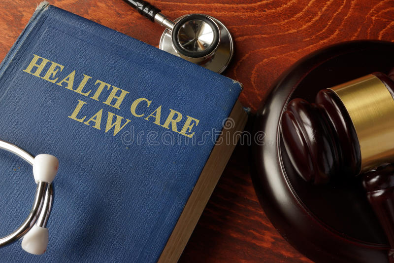 Livro com lei dos cuidados médicos do título fotografia de stock