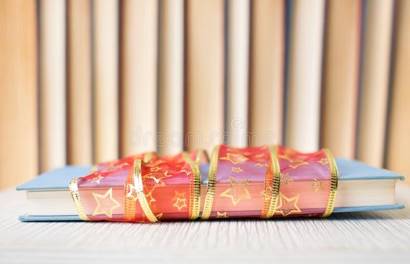 Livro como um presente com fita imagem de stock royalty free
