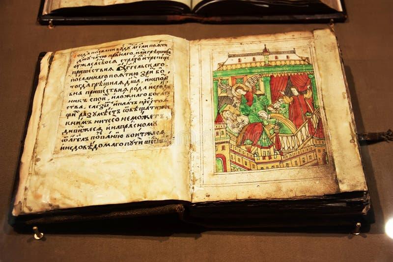 Livro cristão velho aberto no monastério de Ipatievsky Kostroma, Rússia imagem de stock royalty free