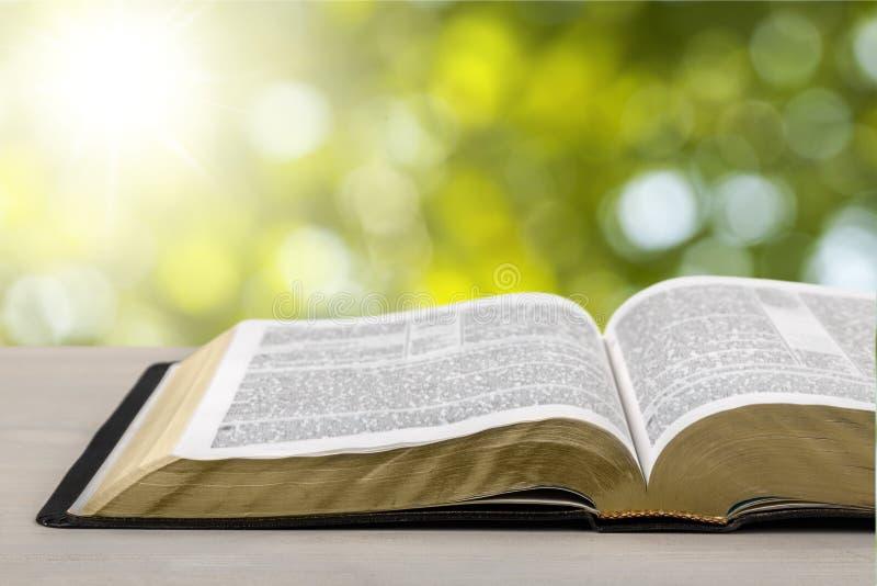 Livro da Bíblia Sagrada em um fundo de madeira imagens de stock royalty free