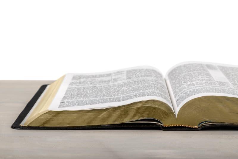Livro da Bíblia Sagrada em um fundo de madeira fotos de stock