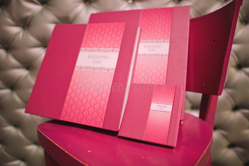 Livro da foto do casamento do couro de Rosa imagens de stock