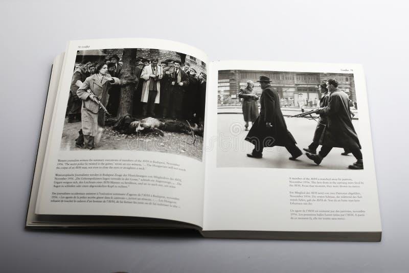 Livro da fotografia por Nick Yapp, membros de AVH em Budapest 1956 imagens de stock royalty free