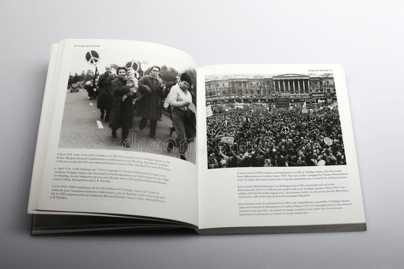 Livro da fotografia por Nick Yapp, por membros e por suportes em Trafalgar Square 1959 fotografia de stock