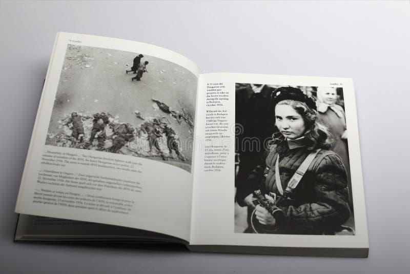 Livro da fotografia por Nick Yapp, menina húngara com a arma contra invasores soviéticos imagem de stock royalty free
