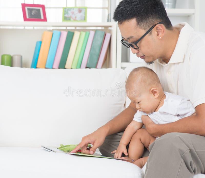 Livro da história da leitura do pai e do bebê fotografia de stock royalty free