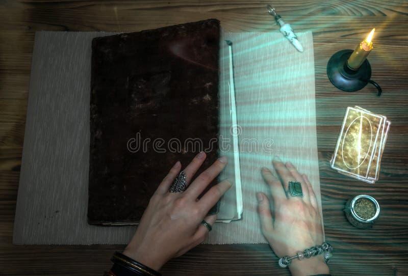Livro da mágica Cartões de Tarot Leitura futura Conceito do caixa de fortuna imagens de stock