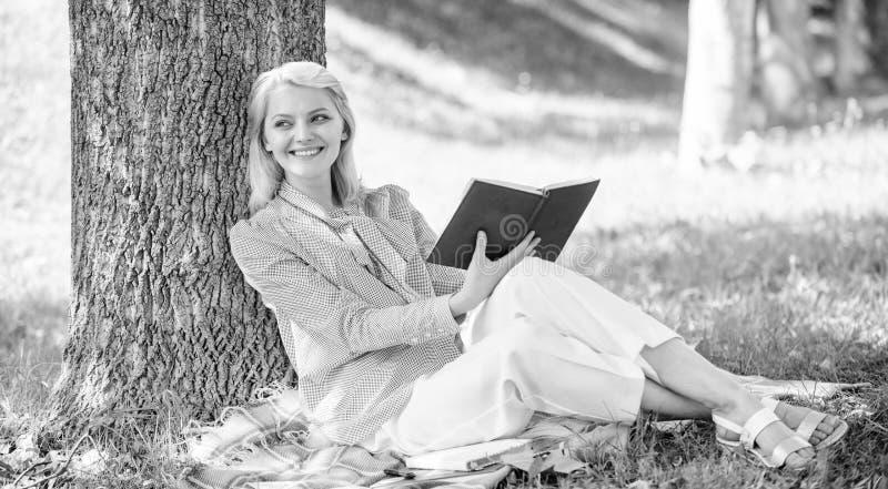 Livro da melhoria do auto A senhora do neg?cio encontra o minuto para ler o livro para melhorar seu conhecimento Melhoria e educa foto de stock royalty free