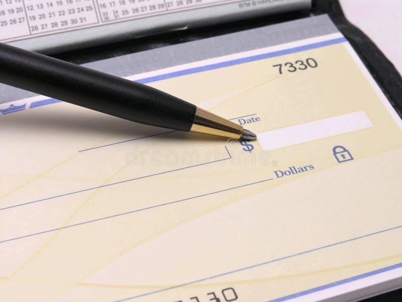 Livro de cheques com pena imagem de stock royalty free