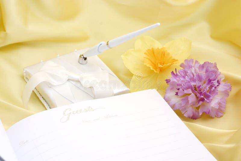 Livro de convidado com flores imagens de stock royalty free