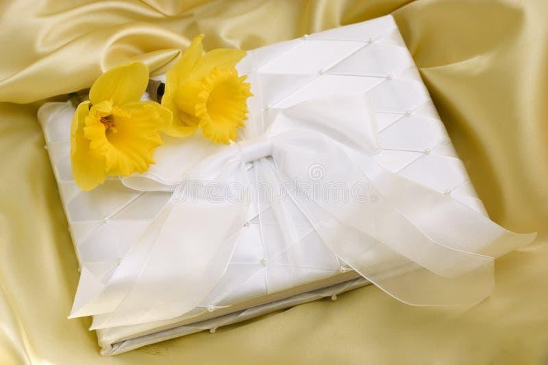 Livro de convidado do casamento da mola imagens de stock royalty free