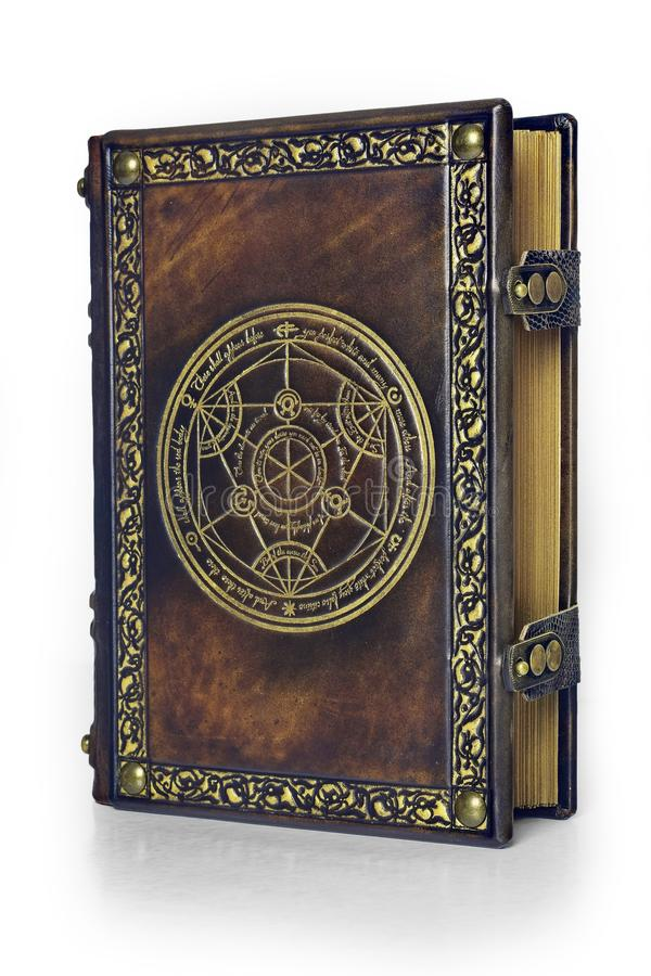 Livro de couro da alquimia com o círculo dourado da transmutação atribuído a um alquimista alemão do século XVII imagens de stock
