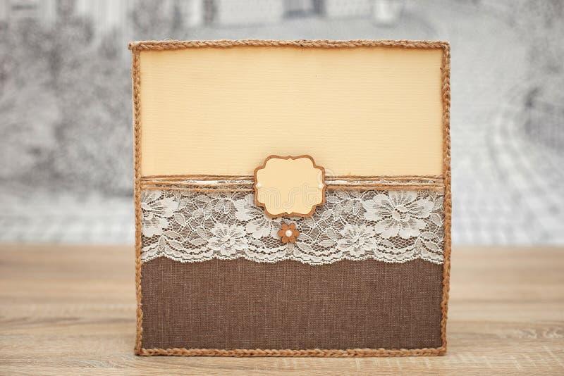 Livro de hóspedes decorado do casamento na tabela de madeira Livro feito a mão do desejo do vintage com cabo fotos de stock