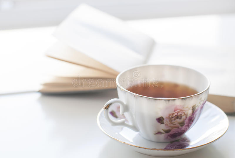 Livro de histórias e chá fotografia de stock