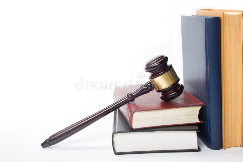 Livro de lei com um martelo de madeira dos juizes na tabela dentro imagem de stock royalty free