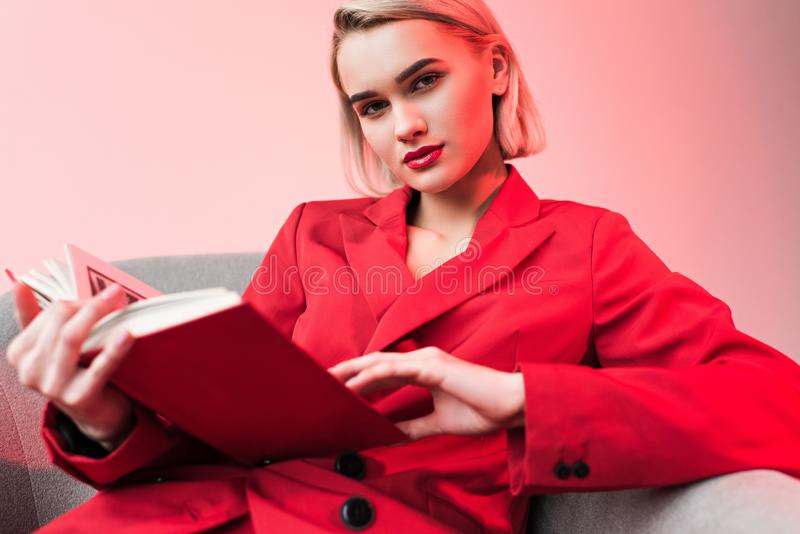livro de leitura à moda à moda elegante bonito da menina, imagens de stock