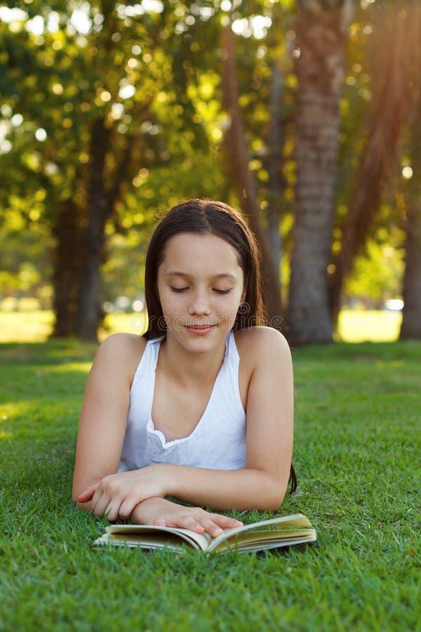 Livro de leitura adolescente bonito da menina foto de stock