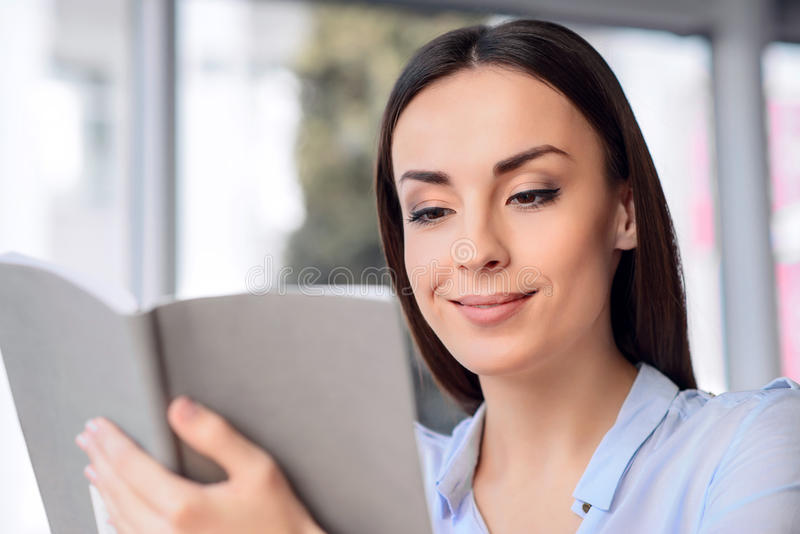 Livro de leitura agradável agradável da mulher fotos de stock
