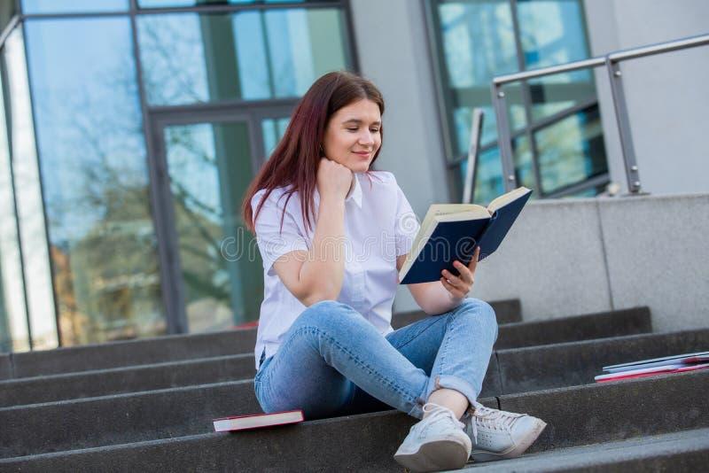 Livro de leitura agradável do estudante imagem de stock