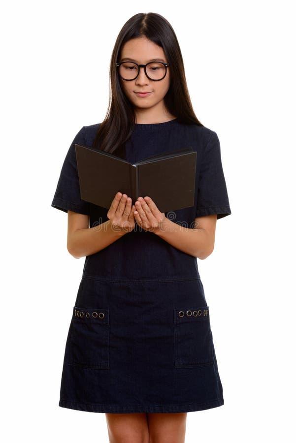 Livro de leitura asiático bonito novo do adolescente fotografia de stock