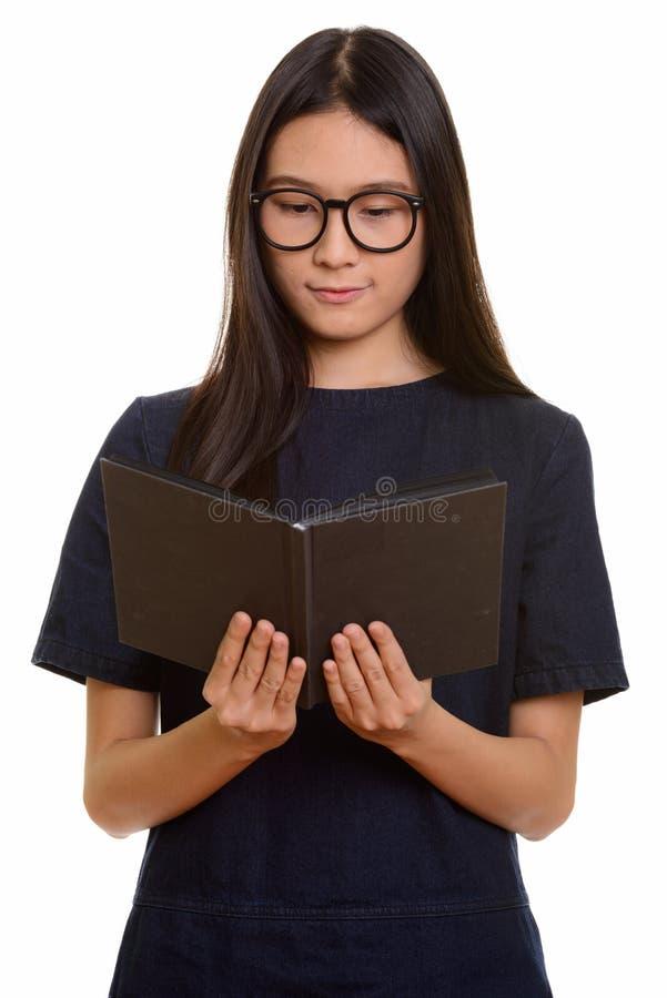 Livro de leitura asiático bonito novo do adolescente imagem de stock
