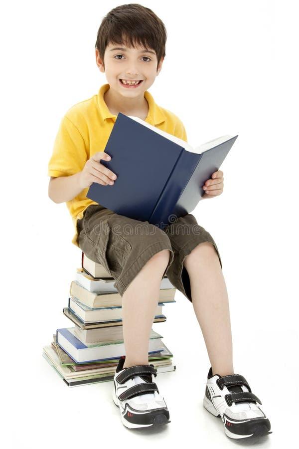 Livro de leitura atrativo da criança do menino imagem de stock