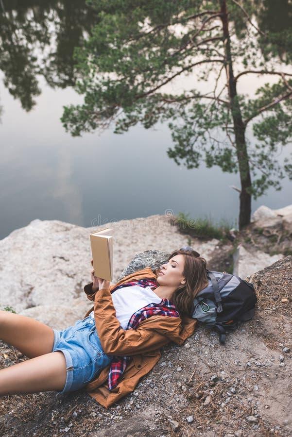 livro de leitura atrativo da jovem mulher na natureza fotos de stock