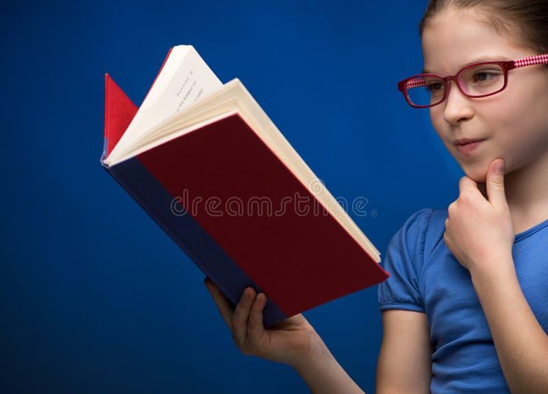 Livro de leitura bonito da estudante. fotografia de stock royalty free