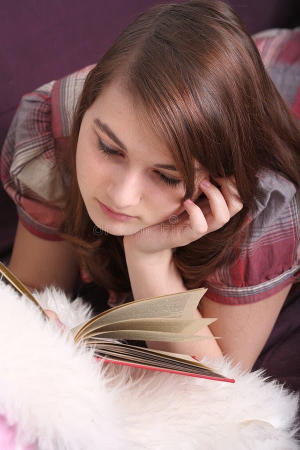 Livro de leitura bonito da menina fotos de stock royalty free