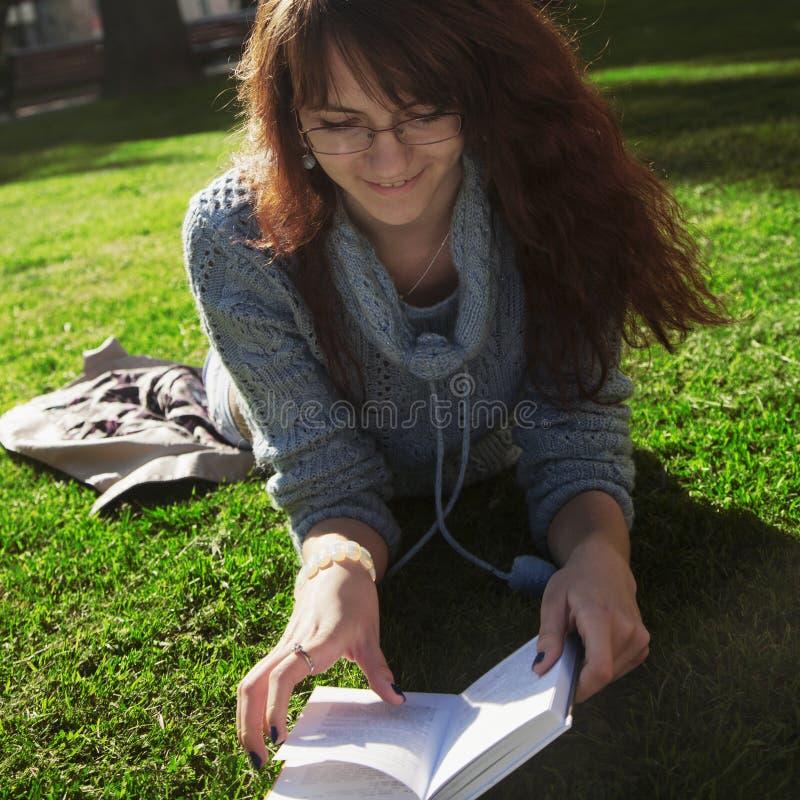 Livro de leitura bonito da mulher na natureza Estudante atrativo novo fotos de stock royalty free