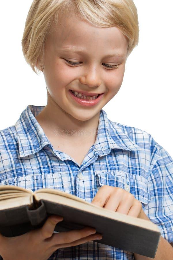 Livro de leitura bonito do menino. fotos de stock