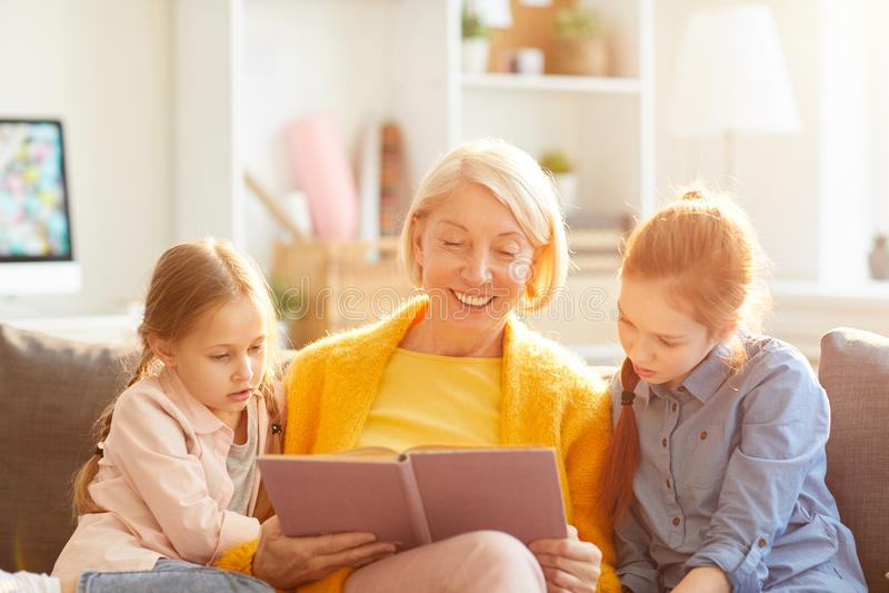 Livro de leitura da avó imagem de stock royalty free