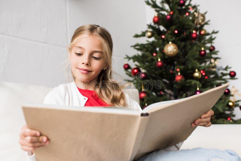 Livro de leitura da criança foto de stock