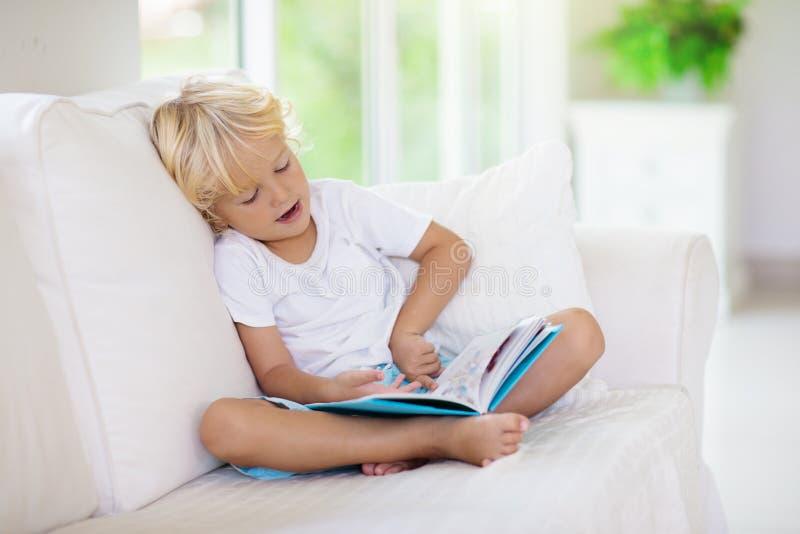 Livro de leitura da crian?a As crian?as leram livros imagens de stock royalty free