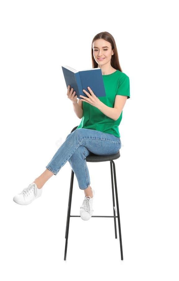 Livro de leitura da jovem mulher imagens de stock royalty free