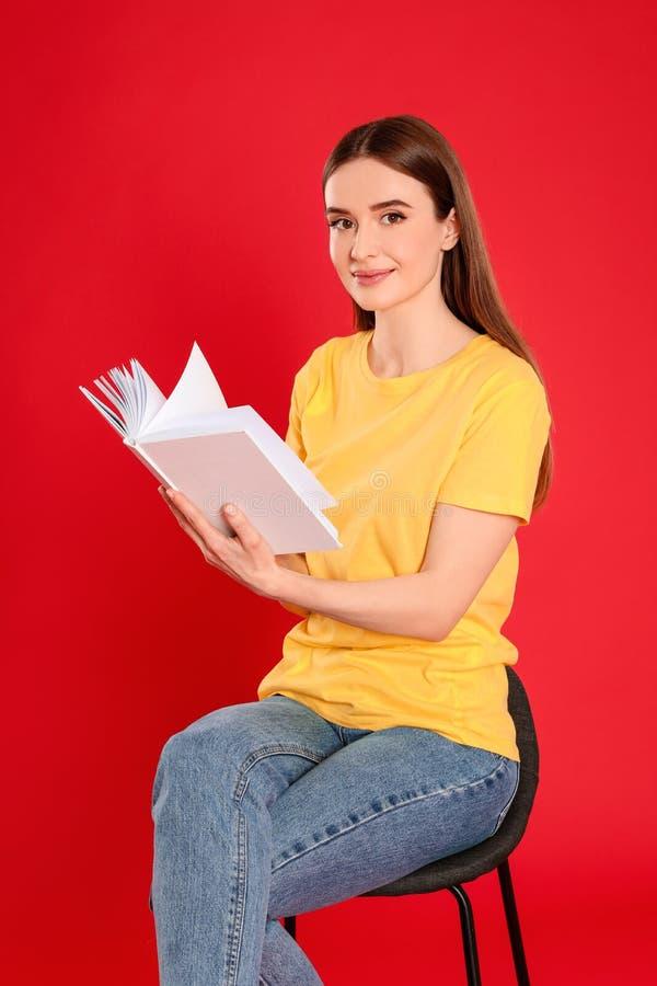 Livro de leitura da jovem mulher imagem de stock