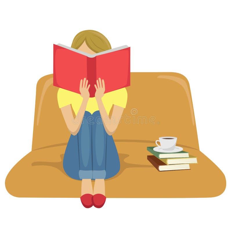 Livro de leitura da jovem mulher que senta-se no sofá com um copo do chá na pilha de livros ilustração stock
