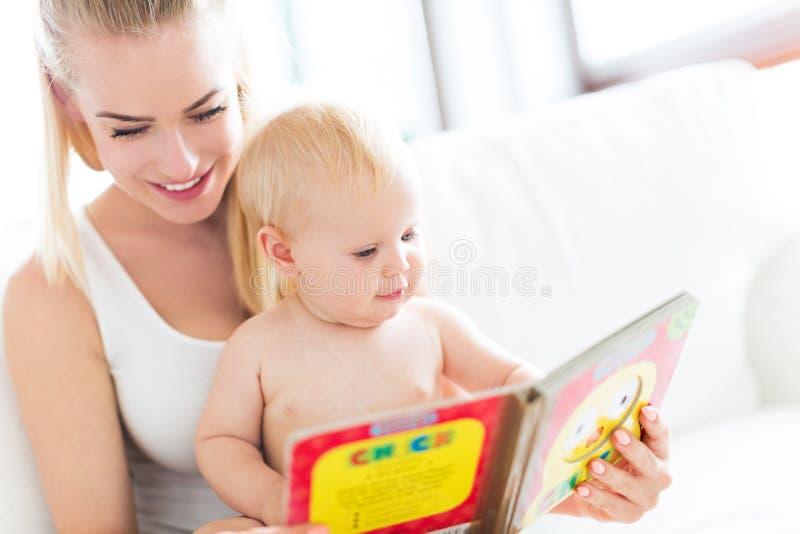 Livro de leitura da mãe com bebê imagem de stock royalty free