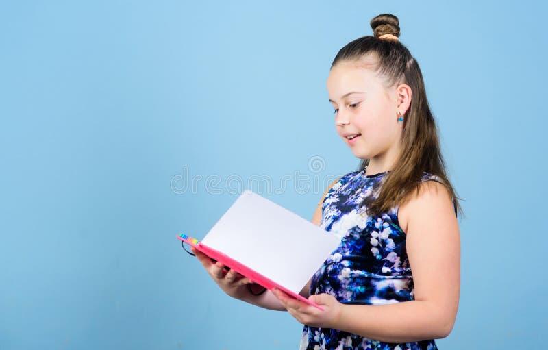 Livro de leitura da menina da forma manuais de instruções para escrever diários da escola para fazer anotações menina pequena com imagens de stock royalty free
