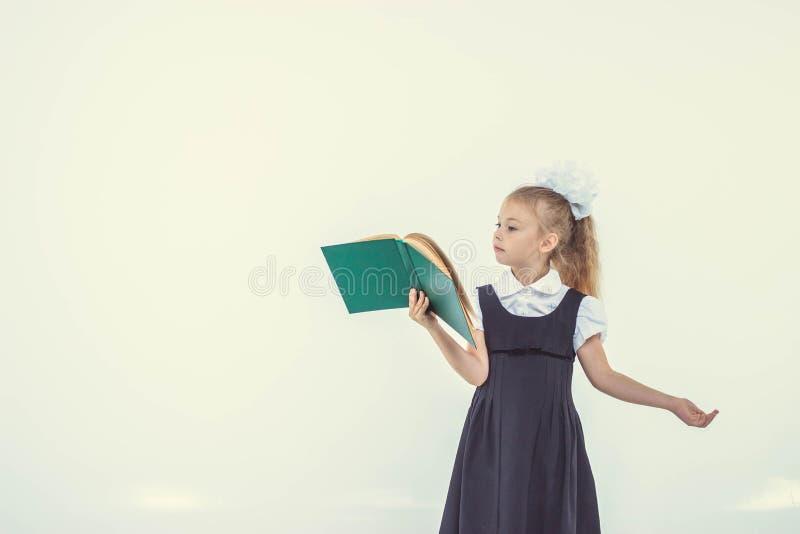 Livro de leitura da menina, preparando-se para o livro de leitura da menina do schoolLittle, preparando-se para a escola imagem de stock