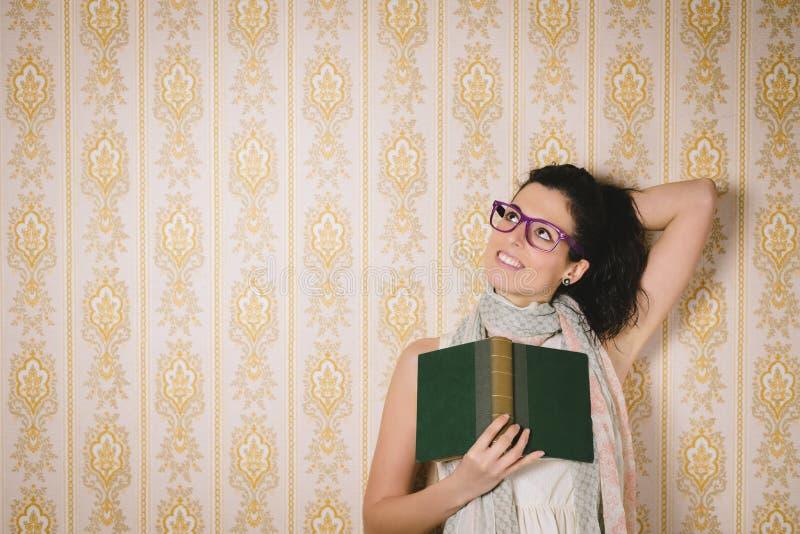 Livro de leitura da mulher do Daydreamer e imaginação da utilização imagens de stock