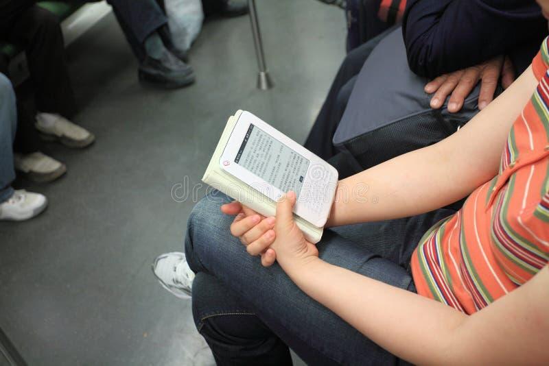 Livro de leitura da mulher na almofada imagens de stock