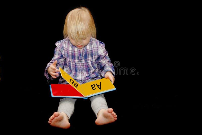 Livro de leitura da rapariga imagem de stock