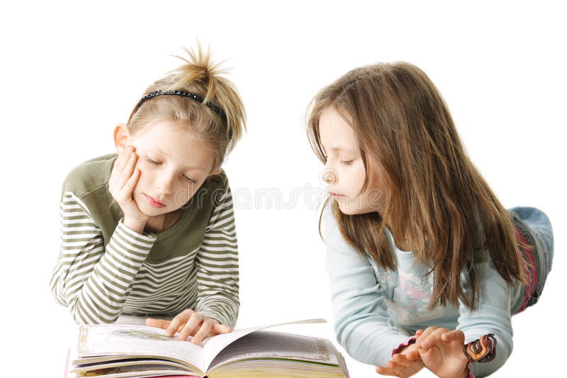 Livro de leitura de duas irmãs foto de stock royalty free