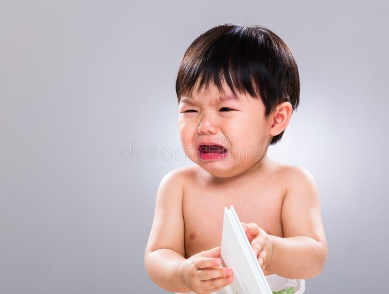 Livro de leitura do ódio do rapaz pequeno imagem de stock royalty free